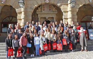 Eine Gruppe Erstsemester-Studierender vor dem Rothenburger Rathaus.