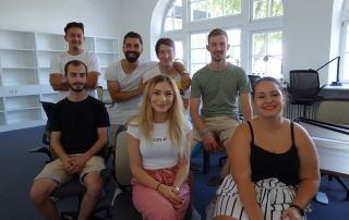 Eine Gruppe von Studierenden in der Bibliothek des Campus Rothenburg.