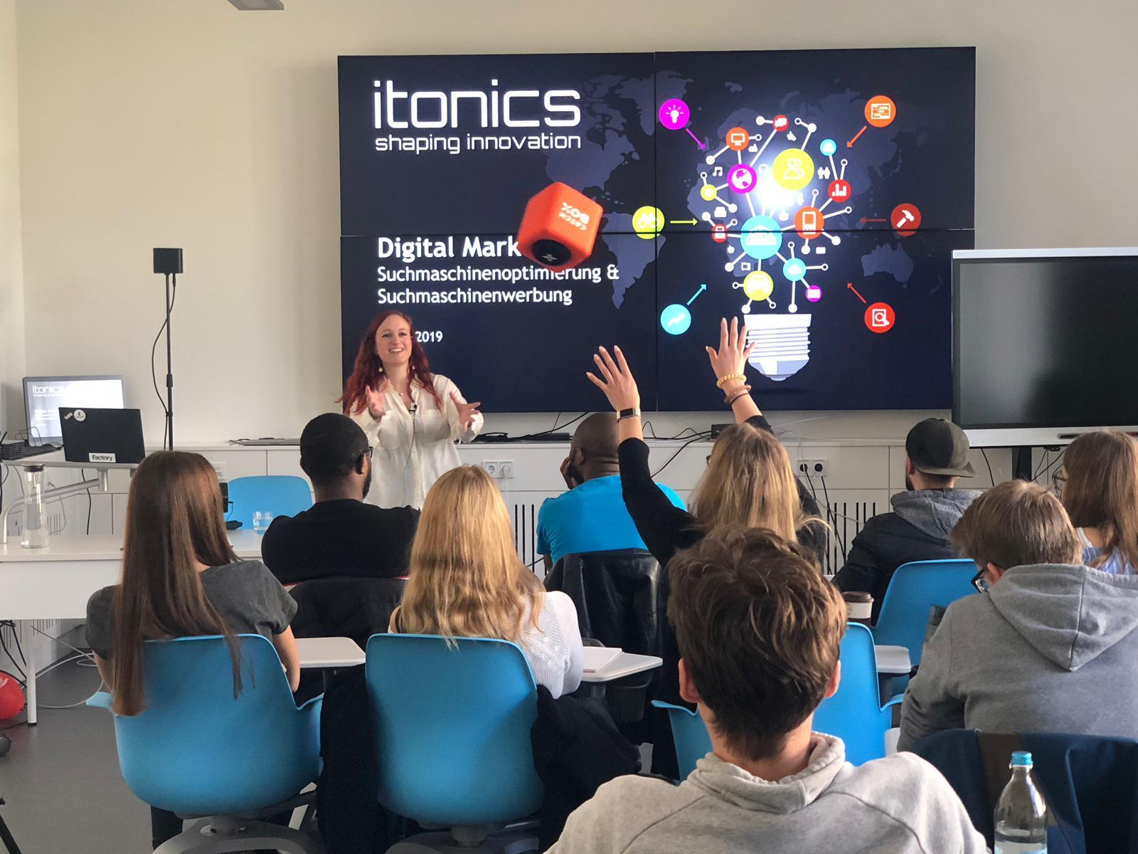 Sophia Hübner von der Firma ITONICS bei einem Gastvortrag am Campus Rothenburg vor Studierenden.