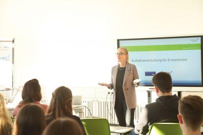 Prof. Dr. Carolin Durst begrüßt Erstsemesterstudierende.