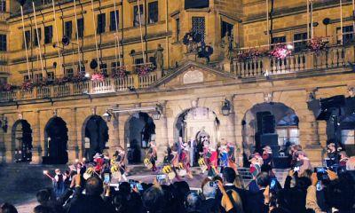 Historische Gruppen musizieren vor der Fassade des Rothenburger Rathauses an den Reichsstadt-Festtagen