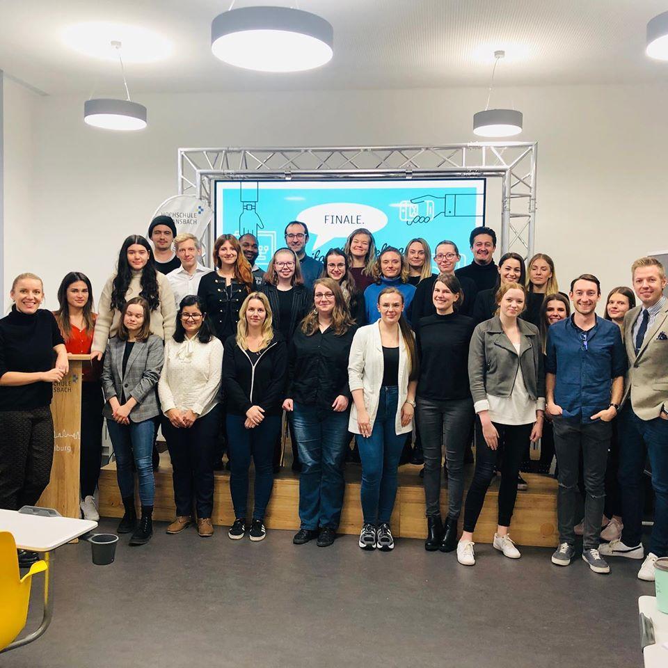 Gruppenfoto der Studierenden des Moduls Digital Marketing mit Vertretern des Tourismus Service Rothenburg ob der Tauber